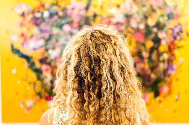 kudrnatá blondýna