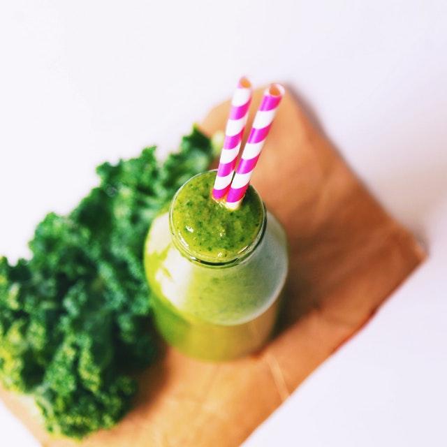 zelené smoothie, barevná brčka